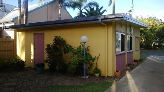 Bargara Gardens Motel & Holiday Villas: Rear entry of one of the 2 bedroom units.