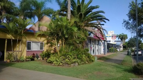 Bargara Gardens Motel & Holiday Villas: Motel unit and adjoining shopping centre