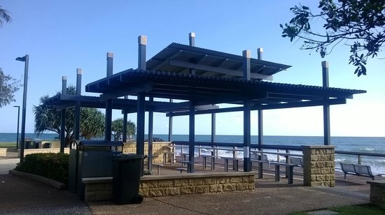 Bargara Gardens Motel & Holiday Villas: Shelter on beachfront park