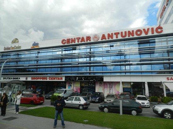 Hotel Antunovic: Hotel e o centro comercial