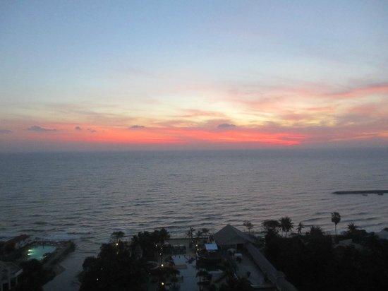 Novotel Hua Hin Cha Am Beach Resort and Spa: sunset