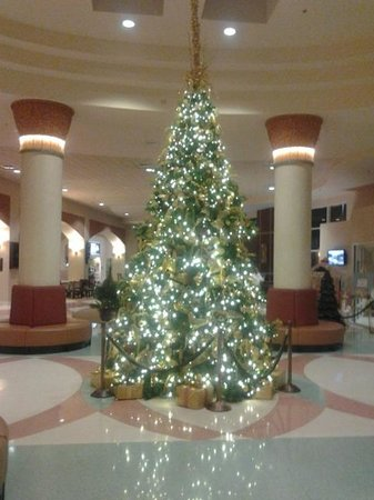 Rosen Centre Hotel: Christmas tree in lobby