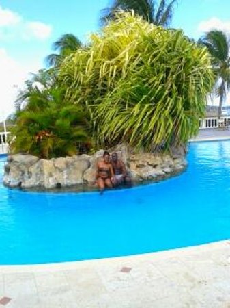 Royal St Lucia Resort and Spa: chilling at the pool island...