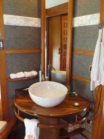 Le Taha'a Island Resort & Spa: Modern bathroom very clean