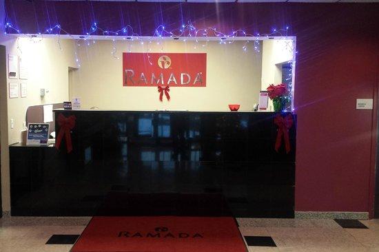 Ramada Rockaway: Lobby