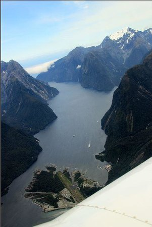 Glenorchy Air: Arrival at Milford ... cant see this from a bus or boat