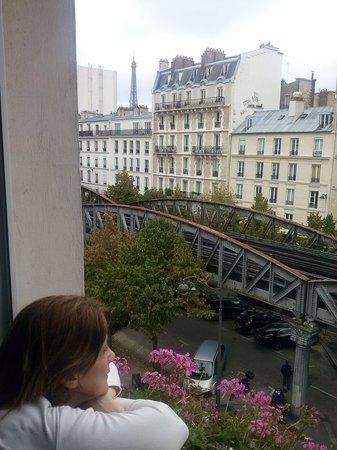 Hotel Eiffel Segur: Torre Eiffel, a esquerda