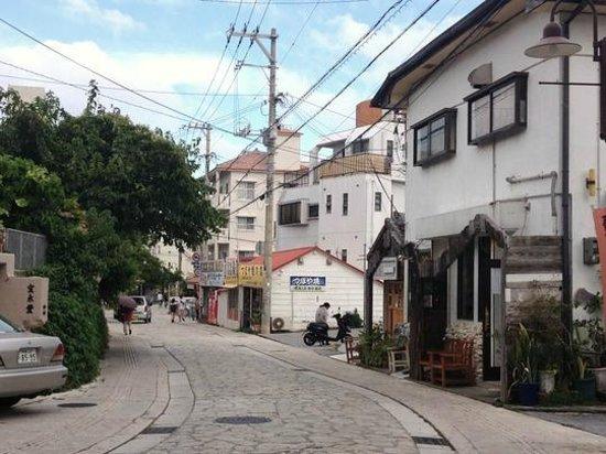 Yachimun Street: 石畳のやちむん通り