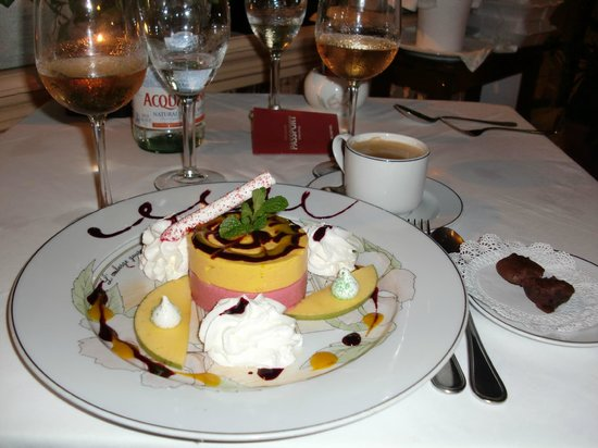 L'Auberge Gourmande: Red fruit and passion fruit mousseline served with kiwi coulis sauce