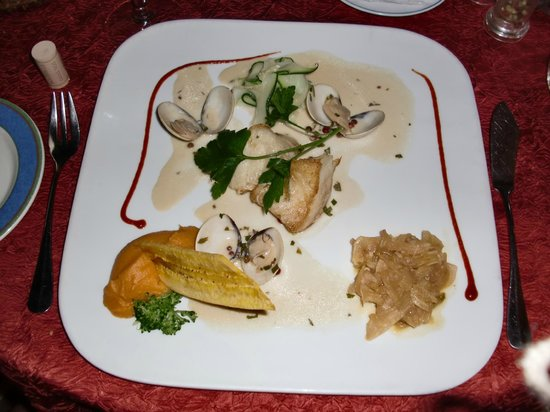 La Villa Restaurant: Chilean sea bass, fennel confit, light cream sauce with clams and Riesling