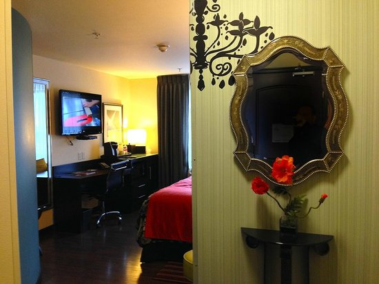 The Maxwell Hotel - A Staypineapple Hotel: Entrance has a nice mirror. Very classy details