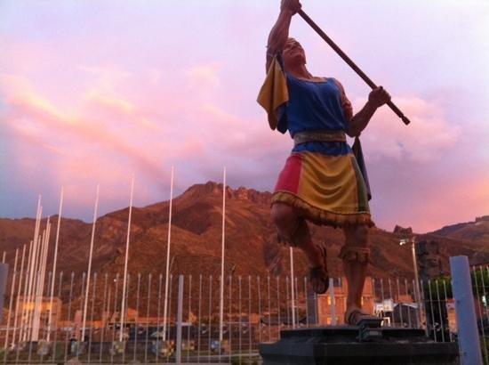 La Posada del Colca: statue outside of the hotel