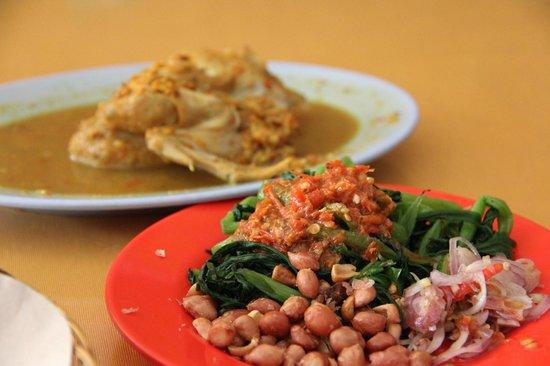 Tuban, Indonesia: Ayam betutu kuah lengkap dengan plecing kangkung
