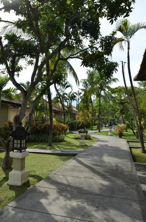 Aneka Lovina Beach Hotel: Walk way