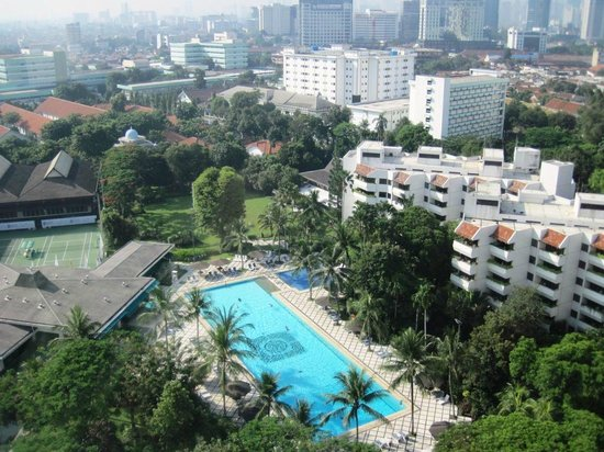 Hotel Borobudur Jakarta: Poolside view from 18th floor