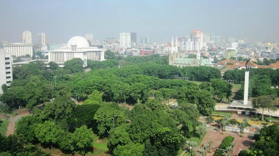 Hotel Borobudur Jakarta: Room view facing park and monument from 17th floor