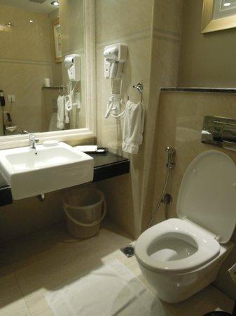 Savera Hotel: salle de bain