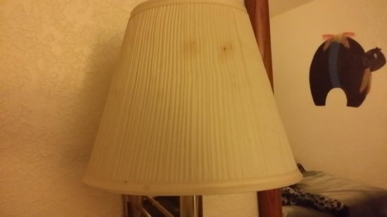 Super 8 Ruidoso: filth even on the lamps