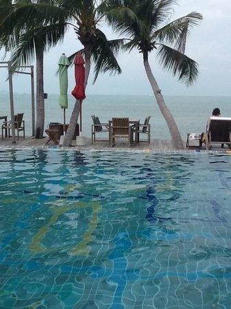 Tango Luxe Beach Villa: the pool facing the sea
