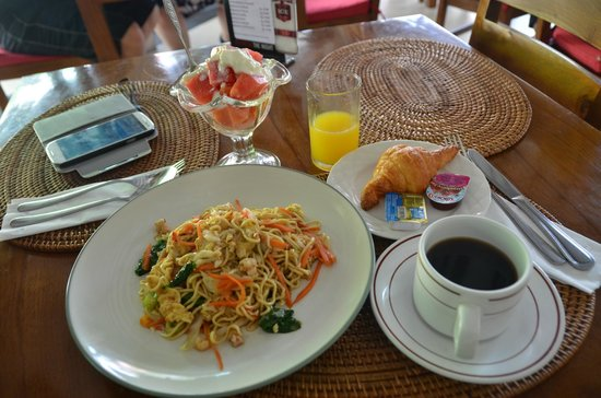 Yulia Beach Inn: Breakfast.
