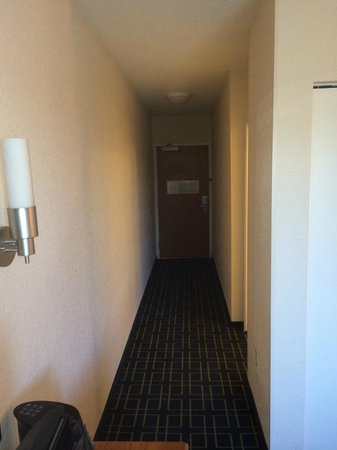 Fairfield Inn & Suites Kansas City Overland Park: Long entrance hall viewed from bedroom