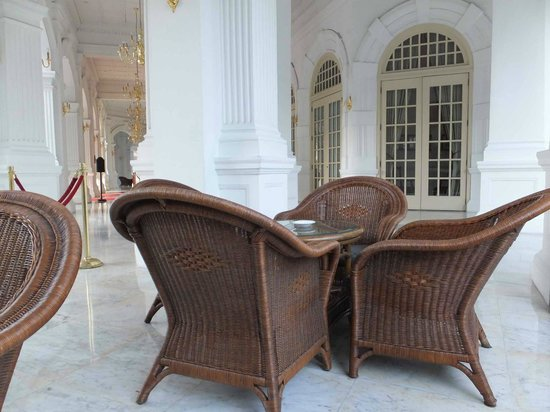 Raffles Hotel Singapore : Seating area in front hotel
