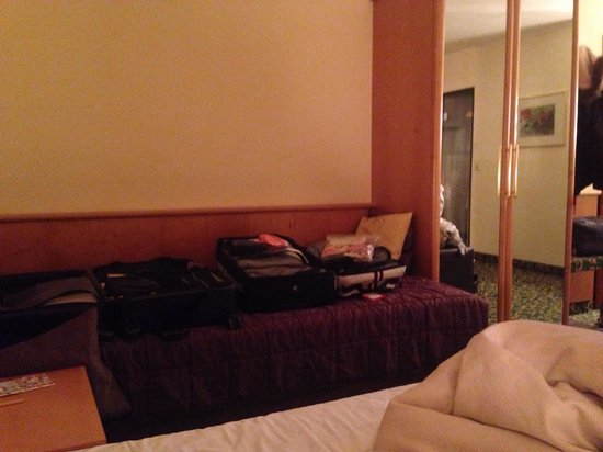 City Hotel Ost am Kö: There was a double bed and single bed in the room. The single bed was good for us to place our l