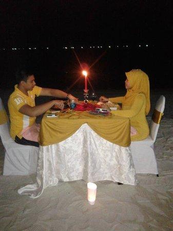 Sandy Beach Resort: candle light dinner beach view