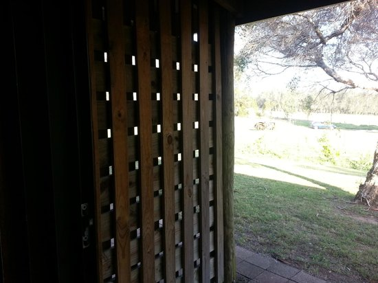 Hunter Valley Resort: private screen behind guestroom