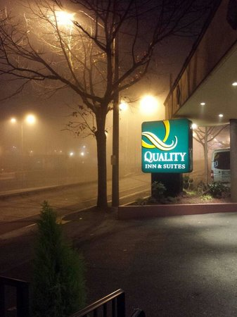 Quality Inn & Suites Seattle : Foggy nights in Seattle~