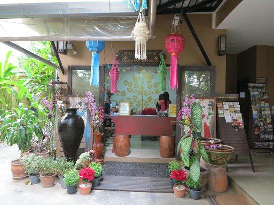Thapae Boutique House: Reception desk