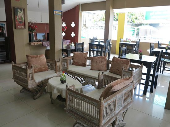 Thapae Boutique House: Downstairs open air lobby
