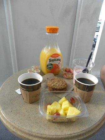 Bahia Mar Fort Lauderdale Beach - a Doubletree by Hilton Hotel : Завтрак на балкончике