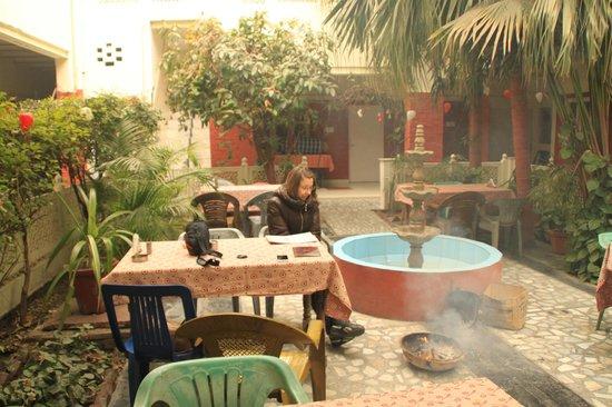 Tourists Rest House: Внутренний дворик отеля