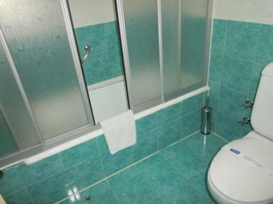 Sergah Hotel: 綺麗な色のバスルーム