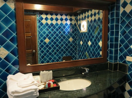 Sira Boutique Hotel : Bathroom sink and mirror