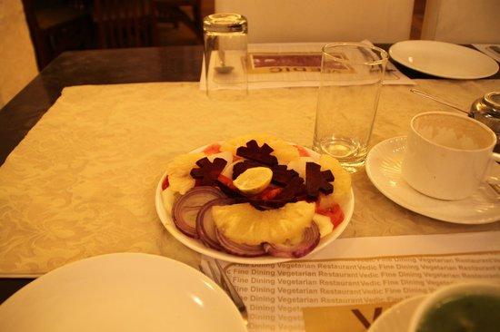 Vedic Vegetarian Restaurant: Салат из овощей ))))