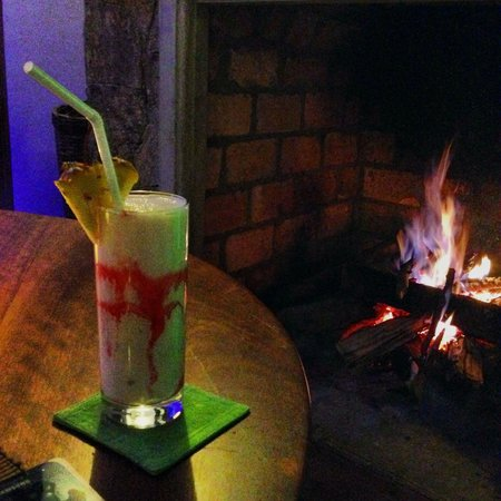 Madulkelle Tea and Eco Lodge : A drink in front of the fireplace