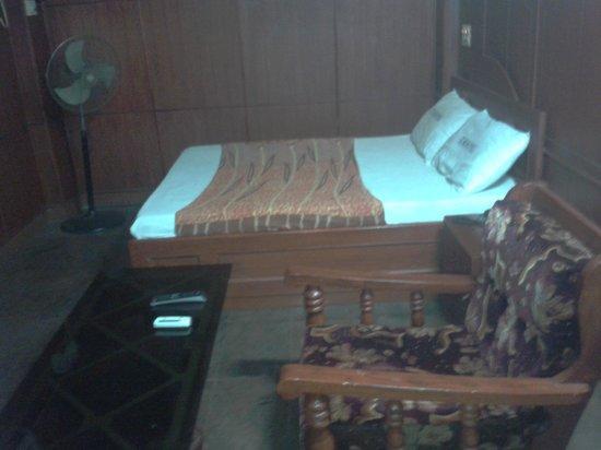 C M Hotel: hotel room