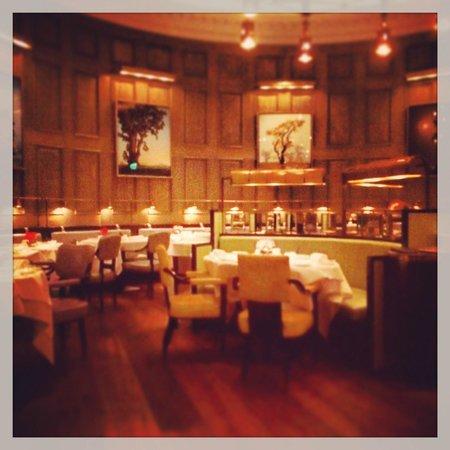 Roux at The Landau : Interno del ristorante a fine serata