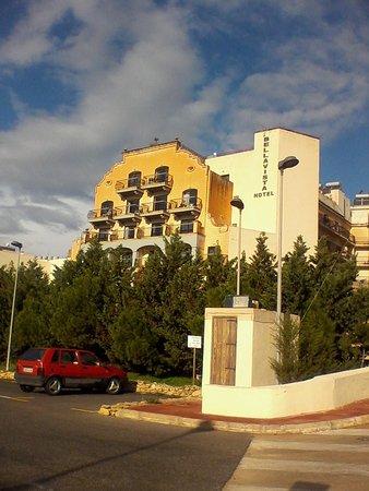 Bella Vista Hotel: Hotel from park carpark
