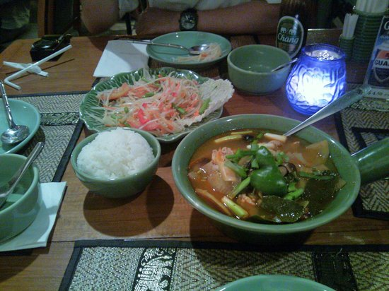 Ban Thai: 中間の辛さを頼んだはずですが相当辛い。でも味が濃くてうまいトムヤムガイです。デフォルトでご飯付き。