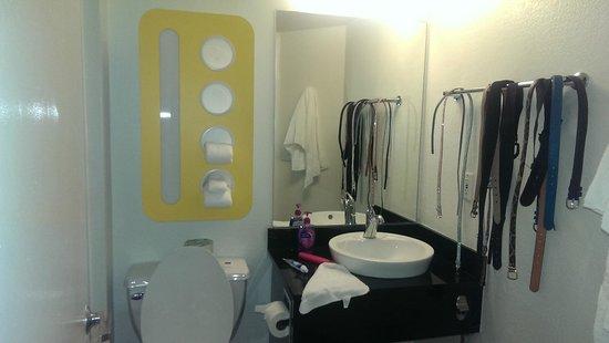 Motel 6 East Brunswick: bathroom