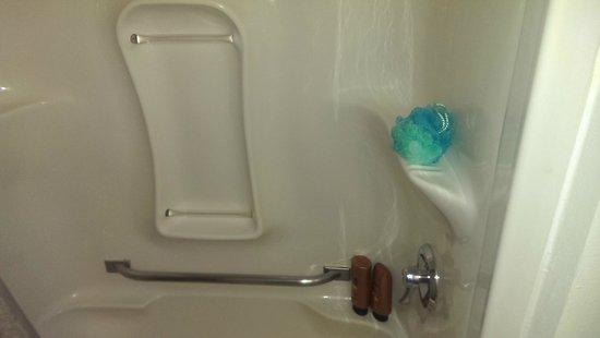 Motel 6 East Brunswick: clean new tub
