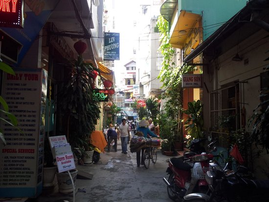 Nguyen Khang Hotel : The nice alley that the hotel is on