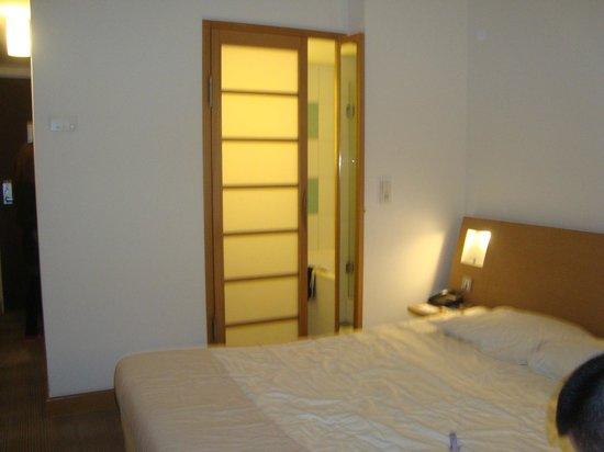 Novotel Munich City: stanza con la porta del bagno