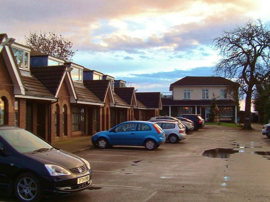 Littleover Lodge Hotel: View of rooms and car par
