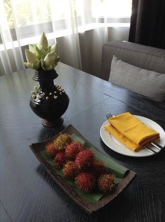 Shinta Mani Club : flower arrangement and fruits in our room