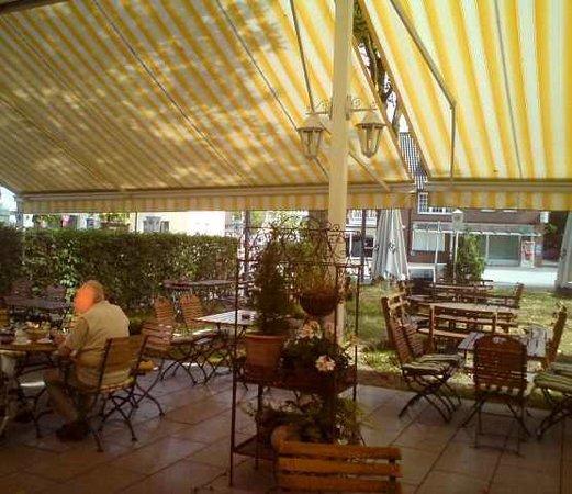 Hotel Restaurant Ragusa: Biergarten mit Sonnenschutz.