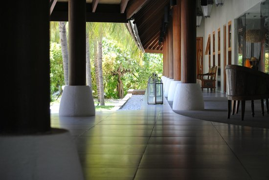 Denis Private Island Seychelles: Lobby mit Blik zur Bibliothek